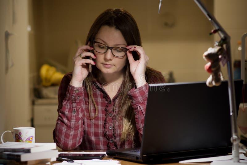Gospodyni domowa płaci rachunki online obrazy stock