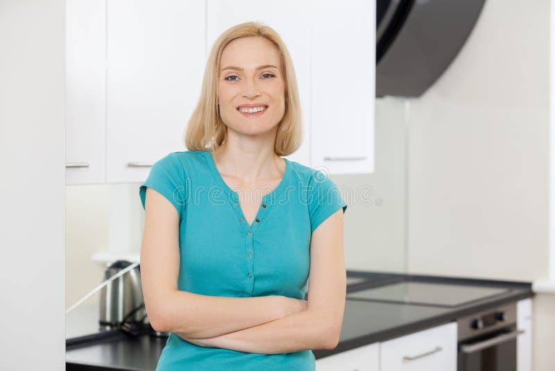 Gospodyni domowa przy kuchnią. obraz stock