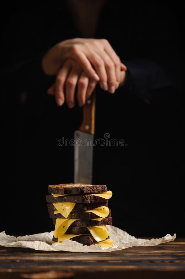 Gospodyni domowa przygotowywa nieociosaną kanapkę obraz royalty free