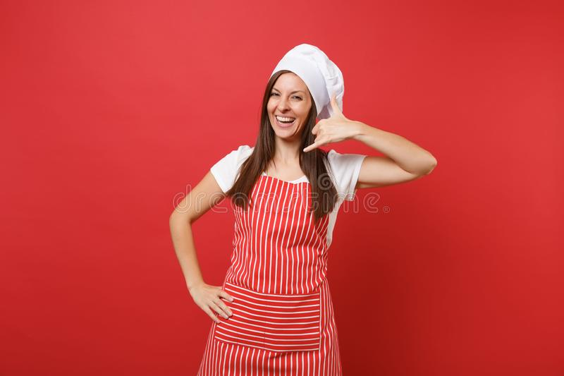 Gospodyni domowa szefa kuchni żeński kucharz lub piekarz w pasiastym fartuchu, biała koszulka, toque szefów kuchni kapelusz odizo obrazy stock