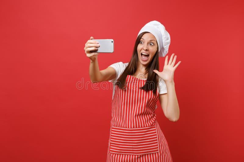 Gospodyni domowa szefa kuchni żeński kucharz lub piekarz w pasiastym fartuchu, biała koszulka, toque szefów kuchni kapelusz odizo fotografia stock