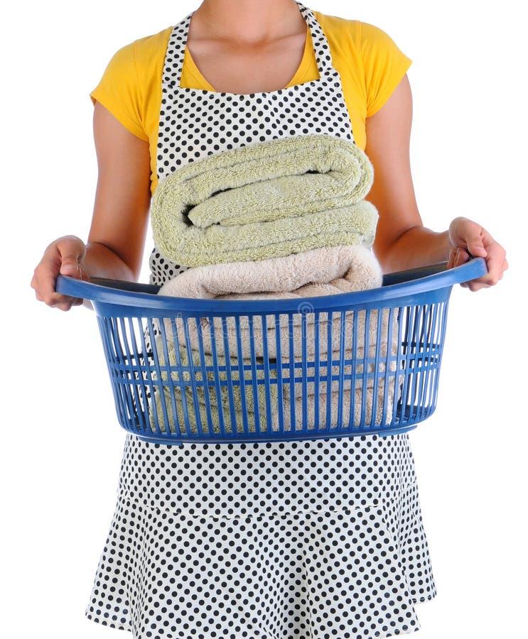 Gospodyni domowa Trzyma Pralnianego kosz ręczniki fotografia royalty free