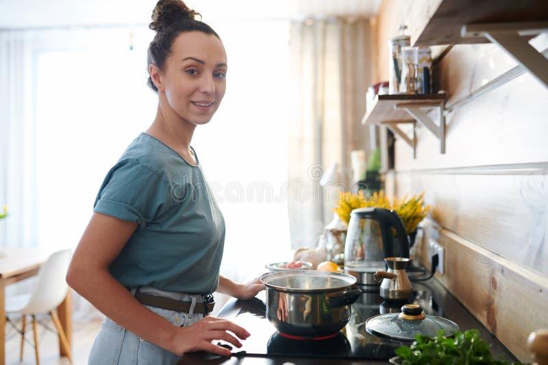 Gospodyni domowa w kuchni zdjęcie stock