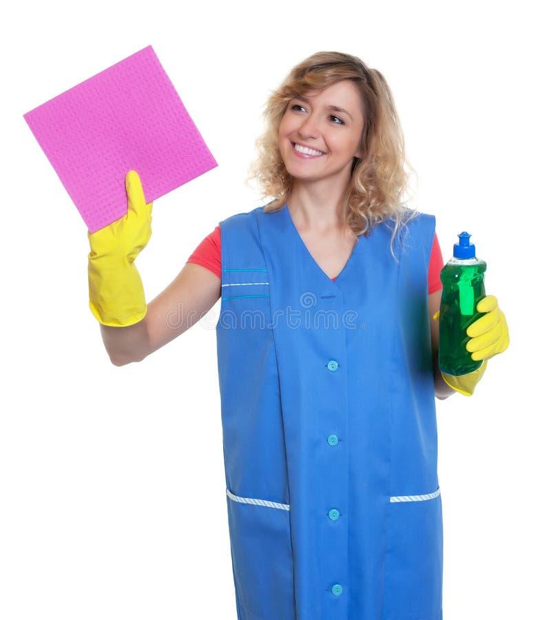 Gospodyni domowa z blondynem i wilgotnym płótnem przy pracą fotografia stock