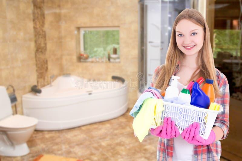 Gospodyni domowa z cleaning dostawami w łazience obrazy stock
