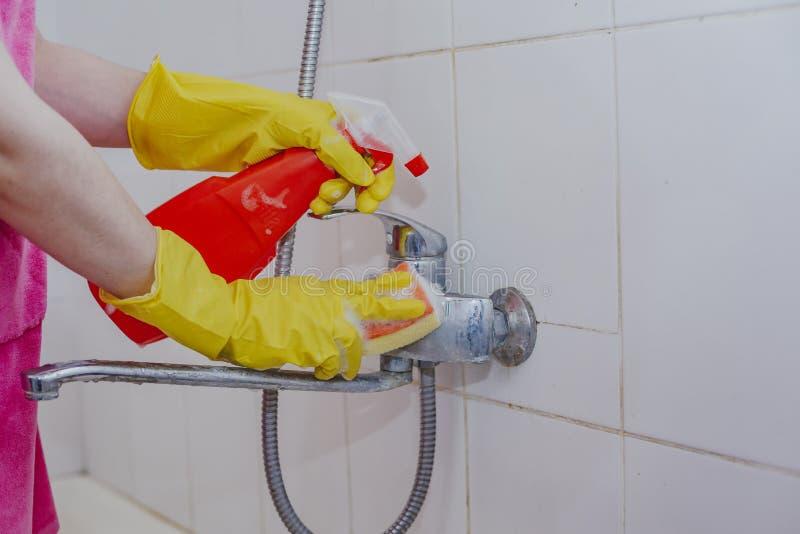 Gospodyni domowej łazienki czyści klepnięcie i prysznic klepnięcie Gosposia myje brudnego skąpania klepnięcie w żółtych ochronnyc obrazy stock