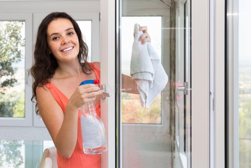 Gospodyni domowej cleaning okno obrazy royalty free