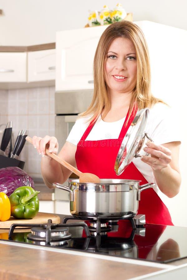 Gospodyni domowej kucharstwo w kuchni zdjęcia stock