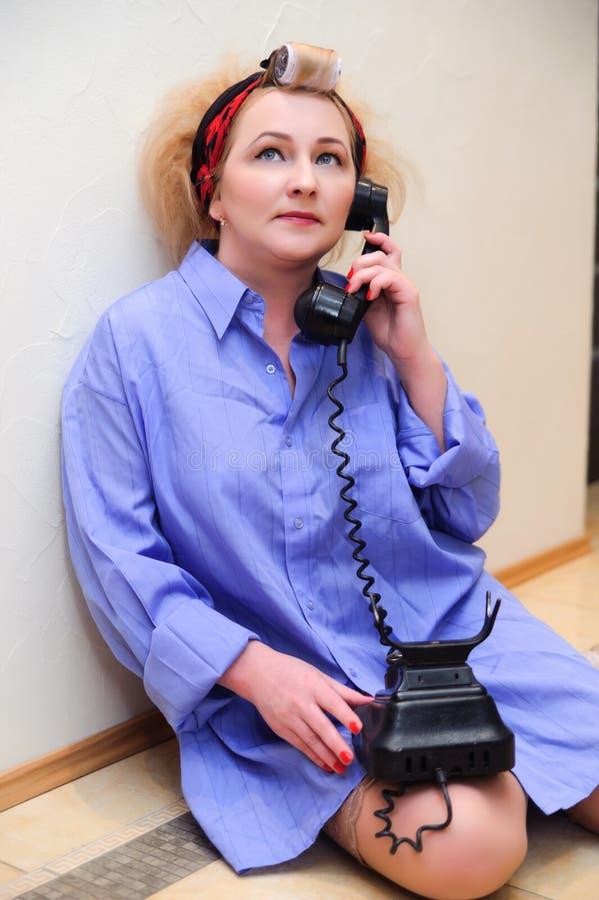 Gospodyni domowej mówienie na telefonie obraz royalty free