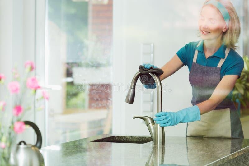 Gospodyni domowej szorowania zlew stalowy faucet zdjęcia stock