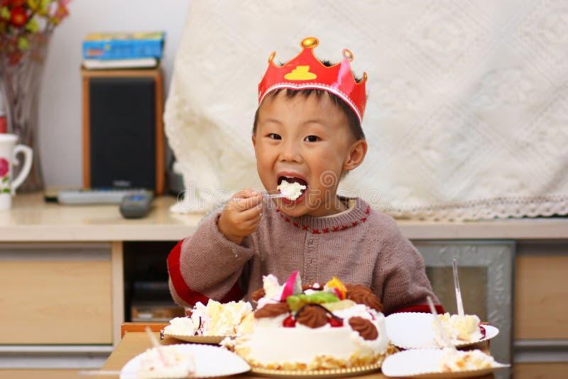 Gosse asiatique à l'anniversaire   image stock