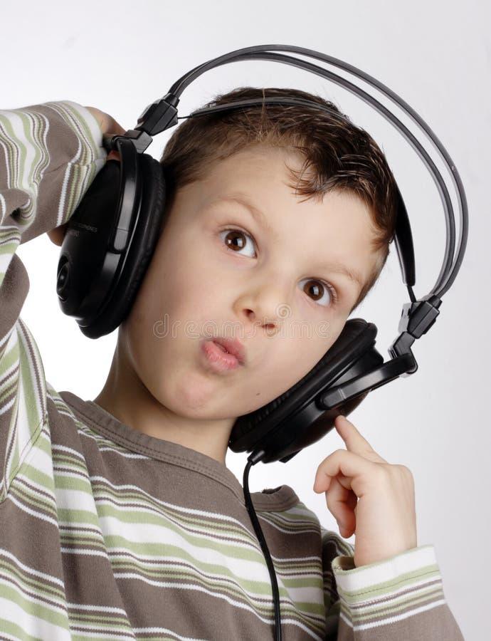 Gosse avec l'écouteur images stock