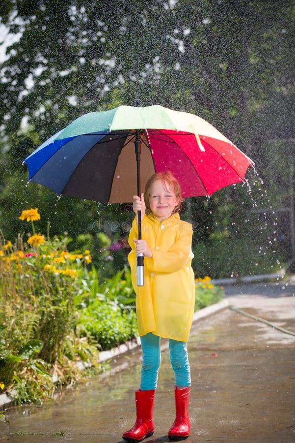 Gosse avec le parapluie image libre de droits