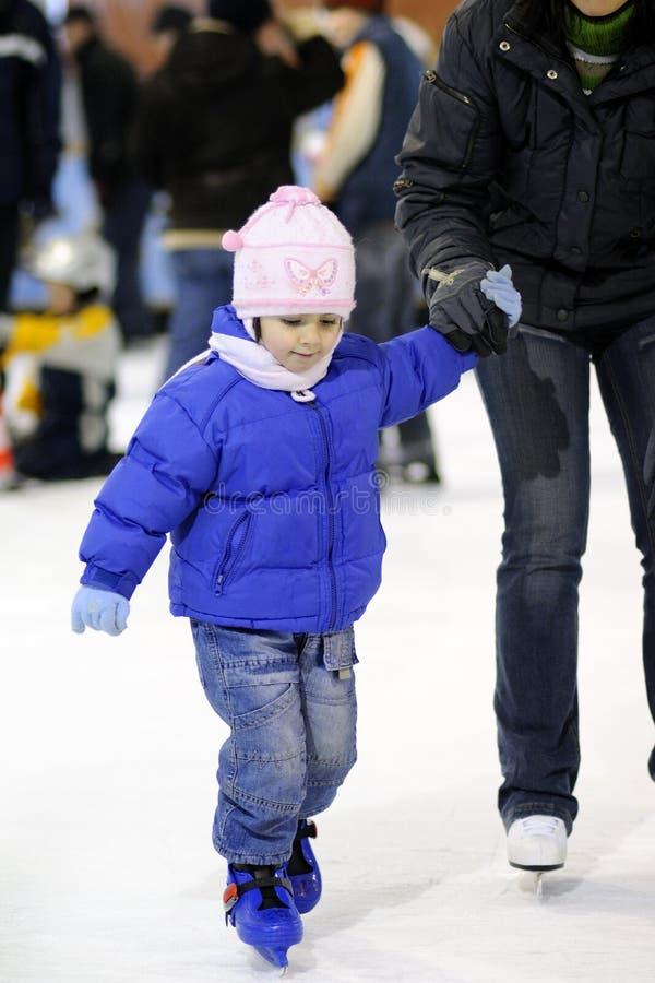 Gosse blanc apprenant des sports d'hiver photos stock