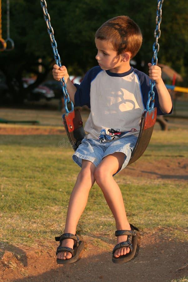 Gosse dans un playpark photographie stock libre de droits