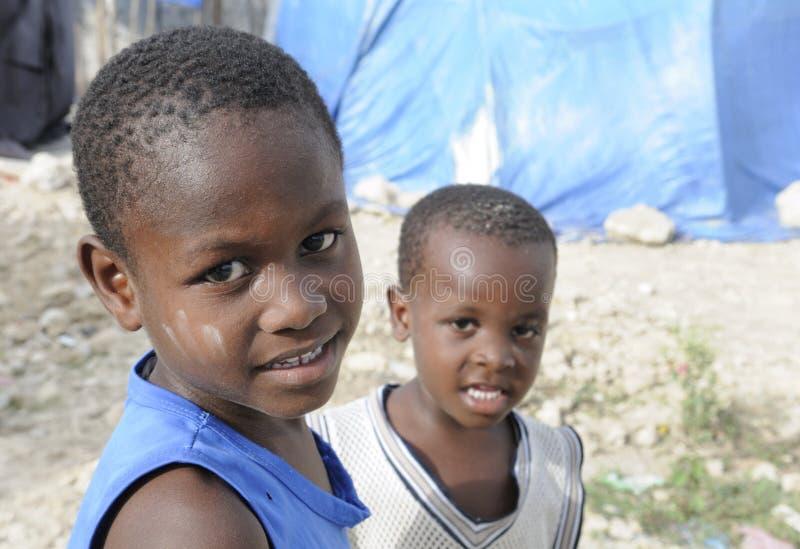 Gosse de deux haïtiens. photographie stock