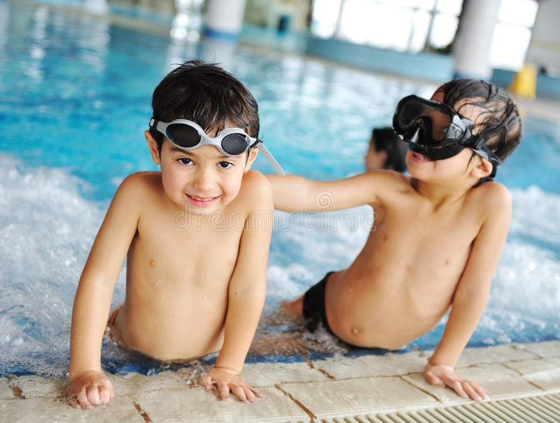 Gosse de natation photos stock