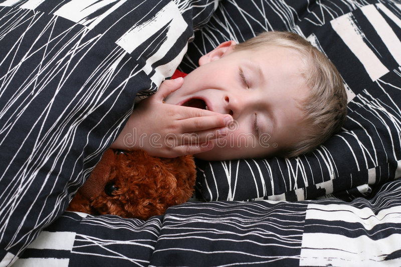 Gosse de sommeil image stock