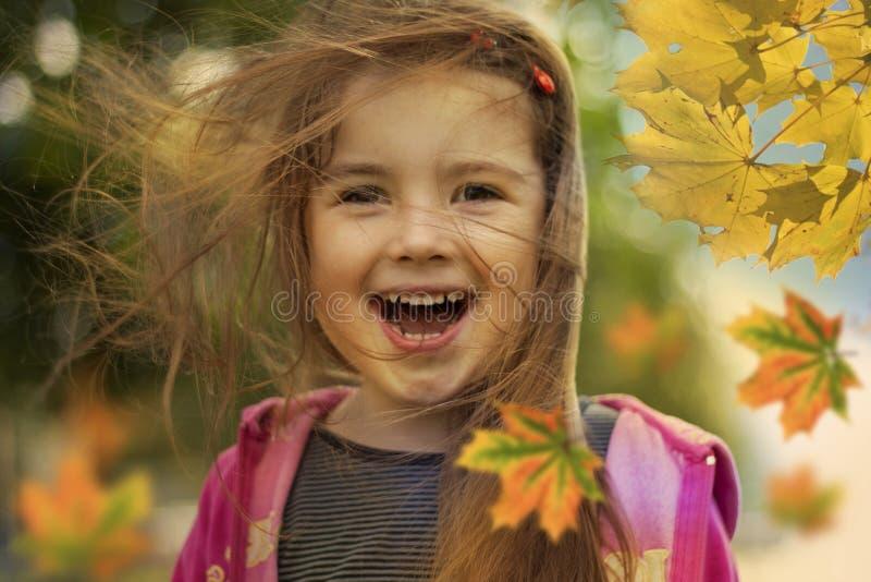 Gosse et lames d'automne heureux photos libres de droits