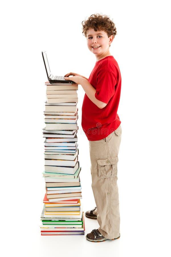 Gosse et pile des livres photos stock