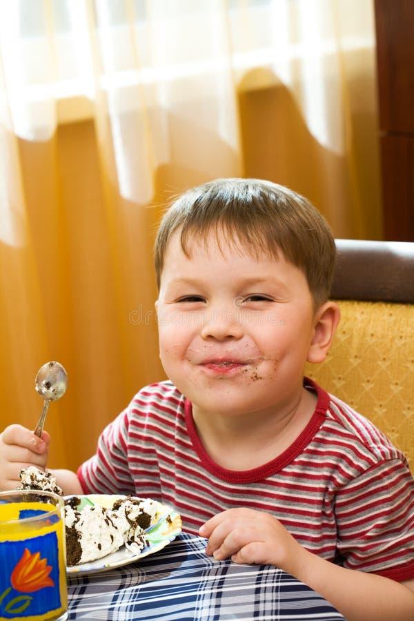 Gosse heureux avec un gâteau photo libre de droits
