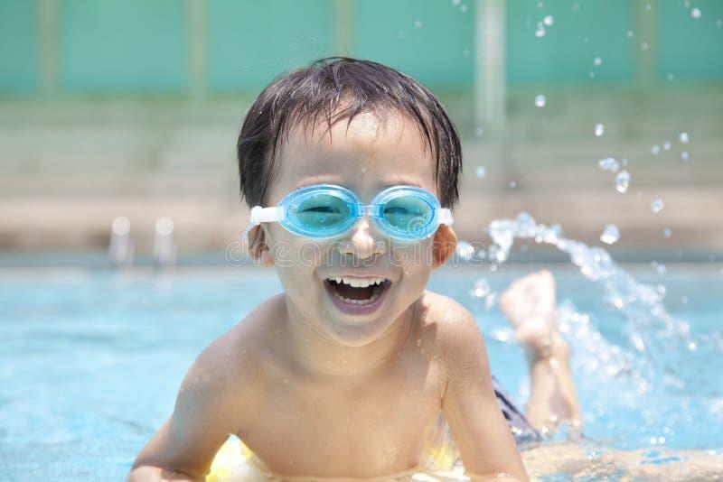 Gosse heureux dans la piscine photos libres de droits