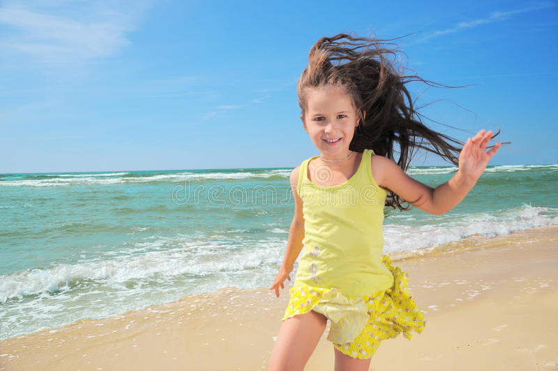 gosse heureux de plage images libres de droits