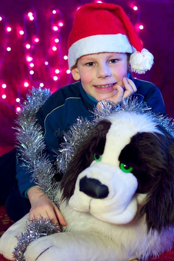 Gosse heureux de sourire de garçon avec le crabot de cadeau de Noël photos stock