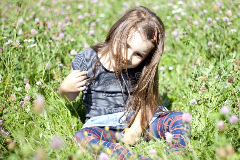 Gosse heureux sur l'herbe photos libres de droits