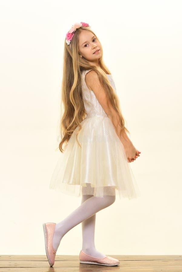 gosse jolie fille d'enfant dans la robe blanche mode d'enfant petit enfant avec de longs cheveux Fille assez petite photos libres de droits