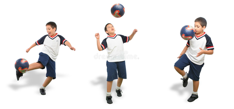 Gosse jouant au football d'isolement photos stock