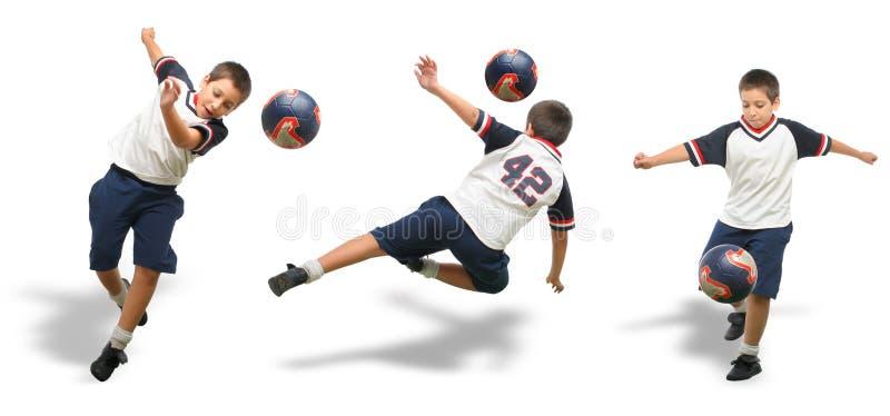 Gosse jouant au football d'isolement images libres de droits
