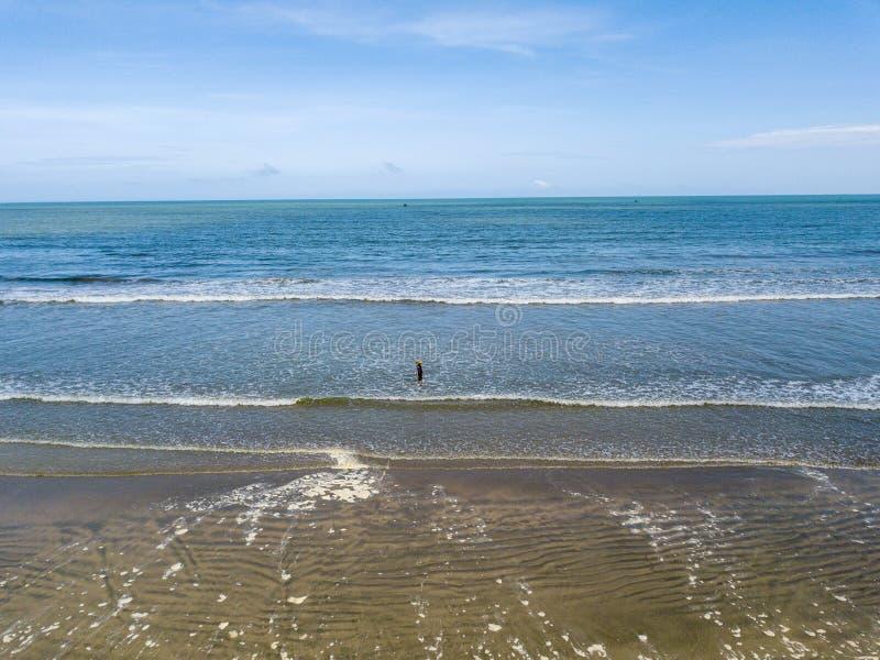 Gosse jouant sur la plage images libres de droits