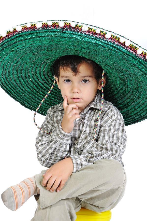 Gosse mignon avec le chapeau mexicain photos libres de droits