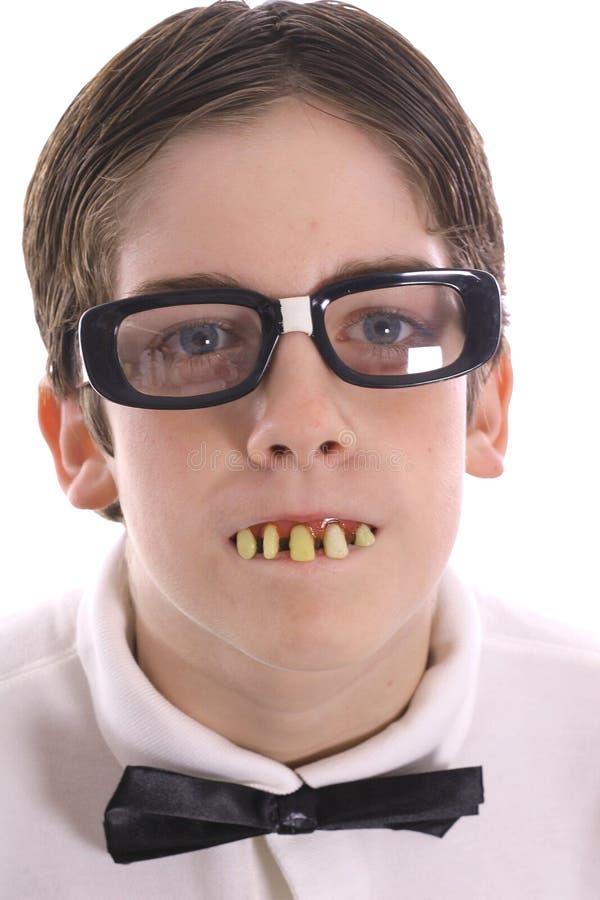 Gosse Nerdy avec de mauvaises dents photos libres de droits