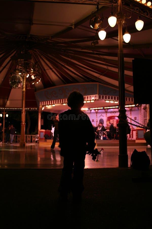 Gosse observant la piste de danse photo libre de droits
