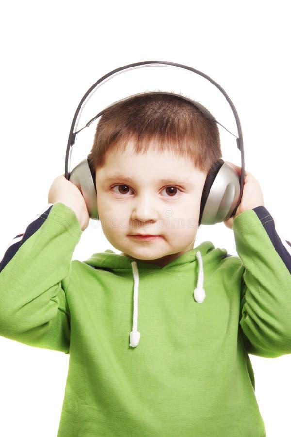Gosse sérieux avec des écouteurs images stock