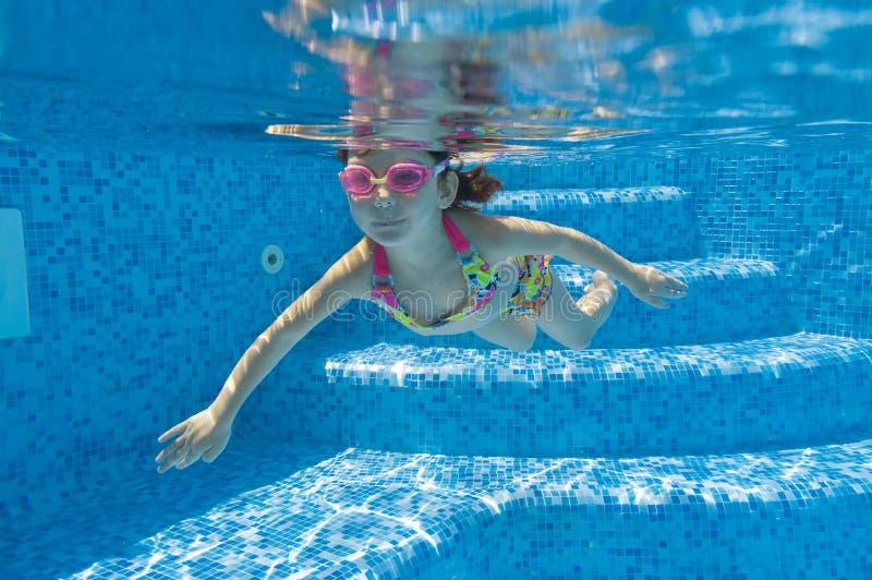 Gosse sous-marin dans la piscine photos stock