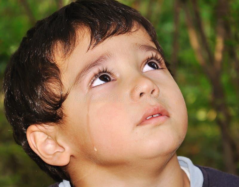 Gosse très mignon pleurant avec de véritables larmes émotives image stock