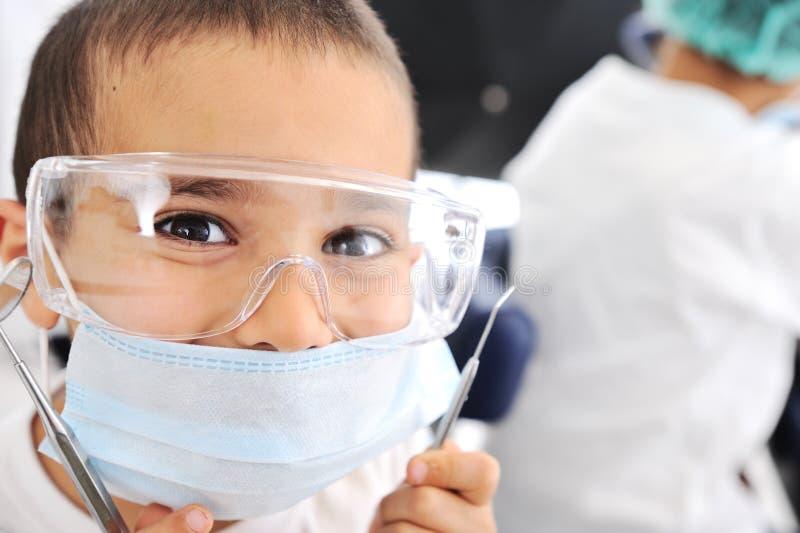 Gosses à l'hôpital, petits médecins photographie stock libre de droits