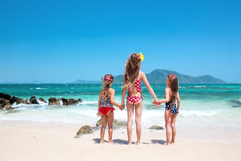 Gosses à la plage photos libres de droits