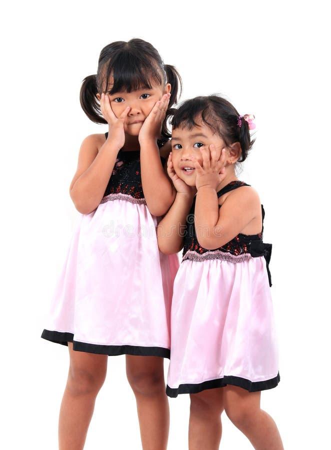 Gosses asiatiques adorables heureux photographie stock libre de droits