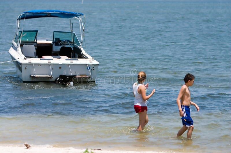 Gosses avec le bateau photographie stock libre de droits