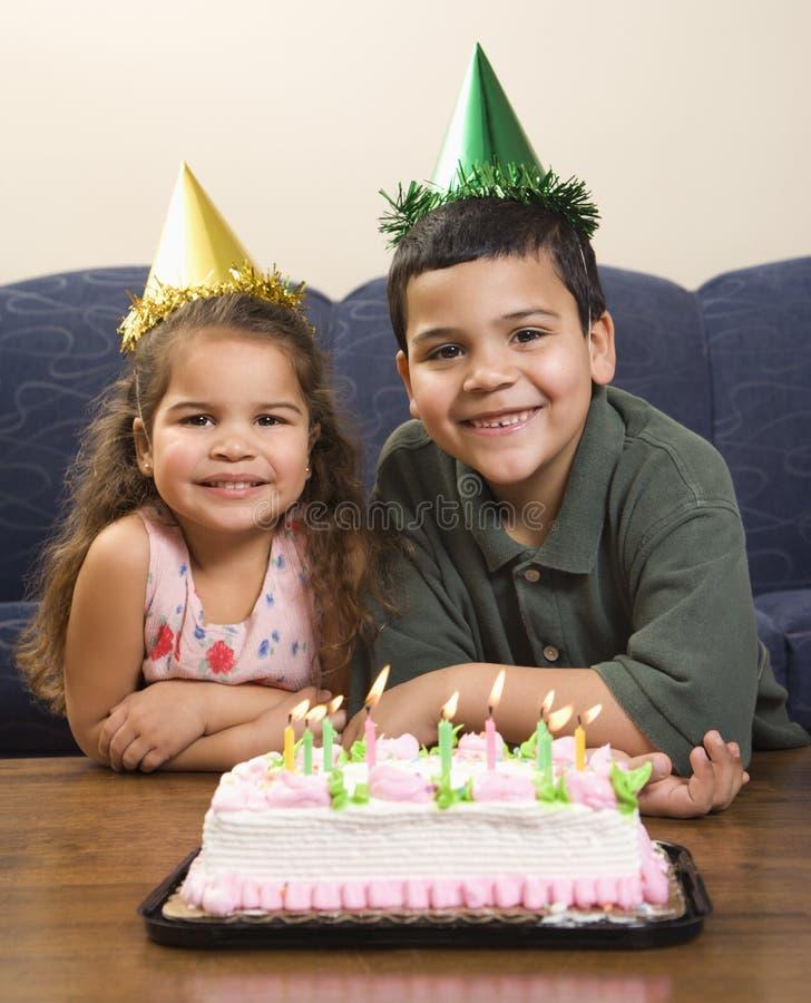 Gosses ayant la fête d'anniversaire. photo libre de droits