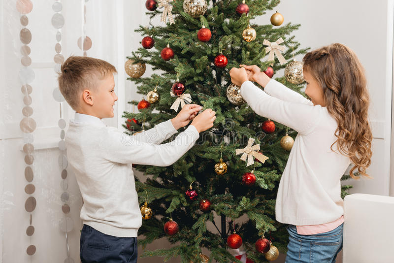 Gosses décorant l'arbre de Noël image libre de droits