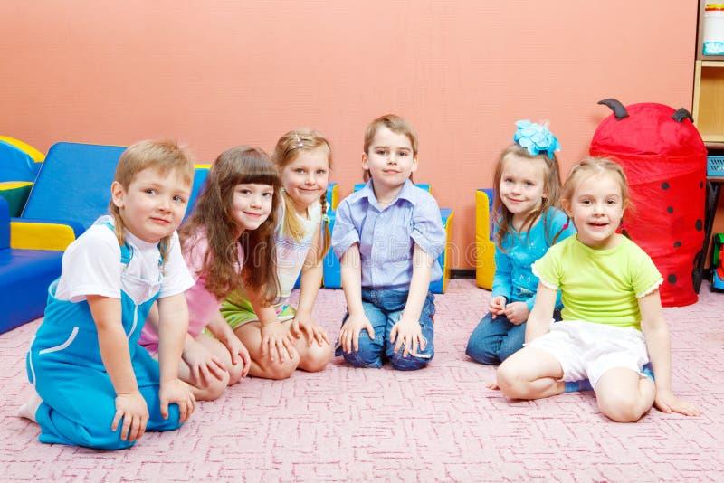 Gosses dans le jardin d'enfants photographie stock libre de droits