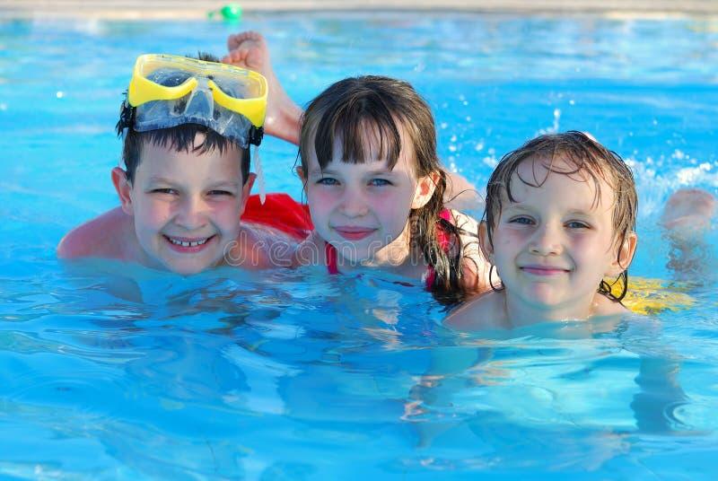 Gosses de natation images stock