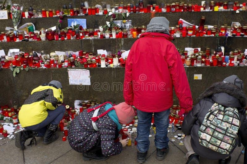 Gosses donnant l'hommage à Vaclav Havel photo stock