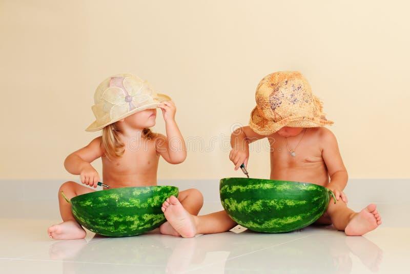 Gosses drôles mangeant la pastèque photographie stock libre de droits