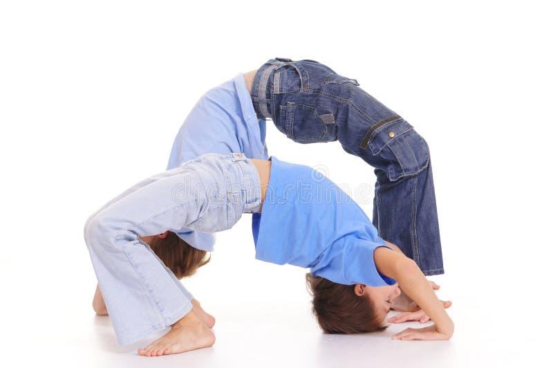 gosses et gymnastique photo stock